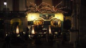 Ventana decorativa de una vivienda histórica La ciudad vieja Los restaurantes y las barras en la plaza principal durante el tiemp almacen de metraje de vídeo