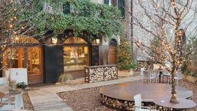 Ventana decorativa de una vivienda histórica La ciudad vieja Uno de la ciudad hermosa en Italia Los restaurantes y las barras dur almacen de metraje de vídeo