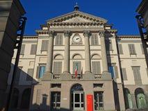 Ventana decorativa de una vivienda histórica La galería de arte y la academia de bellas arte nombraron Accademia Carrara fotos de archivo