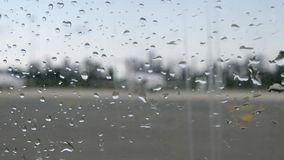 Ventana del aeroplano con las gotas de agua Vista borrosa del aeroplano a través de la ventana plana con gotas de lluvia almacen de video