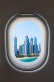 Ventana del aeroplano del interior de aviones con la opinión moderna de la ciudad Fotos de archivo