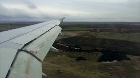 Ventana del avión del vuelo de la visión almacen de metraje de vídeo