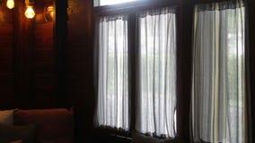 Ventana del balcón con las cortinas transparentes almacen de video