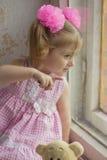Ventana del bebé Niños que miran la ventana que señala un finger en algo Imagen de archivo