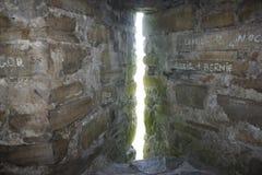 Ventana del castillo del ajuste foto de archivo