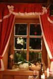 Ventana del cuento de hadas con las cortinas rojas Fotos de archivo libres de regalías