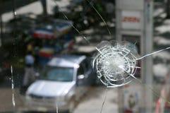 Ventana del departamento dañada por Gunfire en los alborotos de Bangkok Imagen de archivo libre de regalías