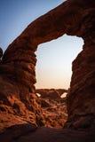 Ventana del norte y sur a través del arco de la torrecilla Imagenes de archivo