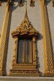 Ventana del oro en templo hermoso del nari de Wat Samien del templo en Bangkok Tailandia imágenes de archivo libres de regalías