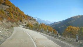 Ventana del otoño de las montañas del camino almacen de video