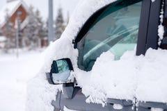 Ventana del primer y espejo retrovisor nevados del coche gris del microbús Tiempo nevoso del concepto, nevadas, mún tiempo septen foto de archivo