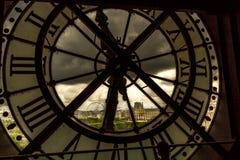 Ventana del reloj en París Fotos de archivo