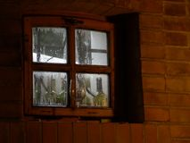 Ventana del sótano con un vidrio fotos de archivo libres de regalías