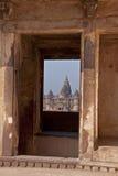 Ventana del templo de Chaturbhuj en el palacio del Raja Foto de archivo libre de regalías