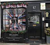 Ventana dulce de la tienda con una exhibición a príncipe Harry y Meghan Markel Upcoming Marraige fotografía de archivo