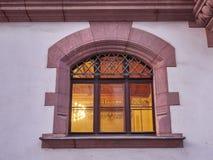 Ventana elegante de la casa del vintage, luces encendido fotografía de archivo