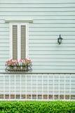 Ventana en casa de campo con las macetas y las flores Foto de archivo
