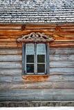 Ventana en casa de madera vieja imagen de archivo libre de regalías