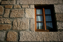 Ventana en casa de madera vieja Fotos de archivo