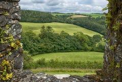 Ventana en el castillo de Restormel que pasa por alto los campos imagenes de archivo