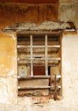 Ventana en el edificio agrícola abandonado imagen de archivo