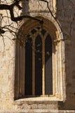 Ventana en el monasterio del romanesque de Sant Cugat, Barcelona Imagen de archivo libre de regalías