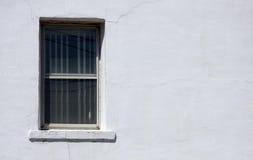 Ventana en exterior agrietado Imagenes de archivo