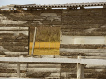 Ventana en granja vieja. Imagen de archivo libre de regalías