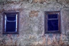 Ventana en la casa abandonada rota Fotos de archivo libres de regalías