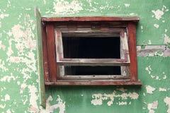 Ventana en la casa abandonada rota Foto de archivo libre de regalías