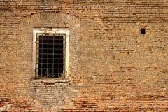 Ventana en la pared abandonada vieja del castillo Imagenes de archivo