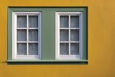 Ventana en la pared amarilla de la casa. Fotografía de archivo libre de regalías