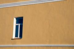 La ventana en la pared amarilla. Fotos de archivo libres de regalías