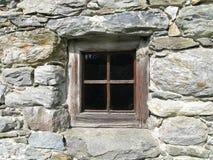 Ventana en la pared de la piedra imagenes de archivo