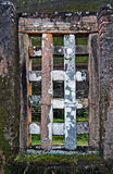 Ventana en la pared de ladrillo antigua Foto de archivo