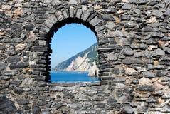 Ventana en la pared de ladrillo con paisaje marino agradable imágenes de archivo libres de regalías