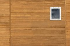 Ventana en la pared de madera fotografía de archivo