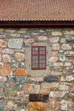 Ventana en la pared de piedra fotografía de archivo