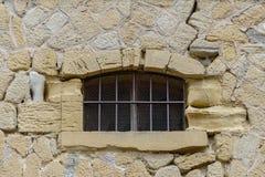 Ventana en la pared de piedra de un castillo viejo Foto de archivo libre de regalías