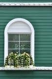 Ventana en la pared verde Imagenes de archivo