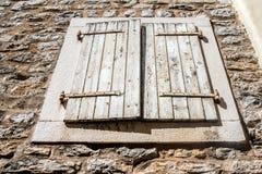 Ventana en la pared vieja de la ciudad de Budva Imagen de archivo libre de regalías