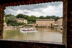 Ventana en la piscina con la fuente de las aguas termales de Bagno Vignoni imágenes de archivo libres de regalías