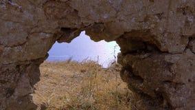 Ventana en la roca almacen de metraje de vídeo