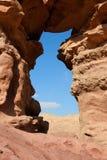 Ventana en la roca anaranjada de la piedra arenisca en el desierto Foto de archivo libre de regalías