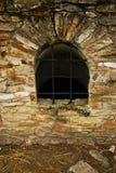Ventana en las ruinas de la fortaleza de Suceava Imagen de archivo