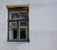 Ventana en pared manchada vieja con las grietas Imágenes de archivo libres de regalías