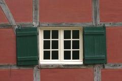 Ventana en pared roja Foto de archivo libre de regalías