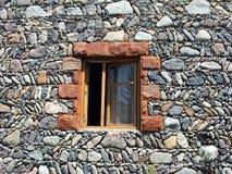 Ventana en piedra de la pared Fotografía de archivo
