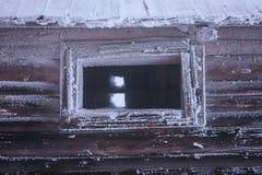 Ventana en una casa de madera fotografía de archivo libre de regalías