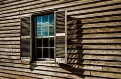 Ventana en una casa de madera vieja foto de archivo